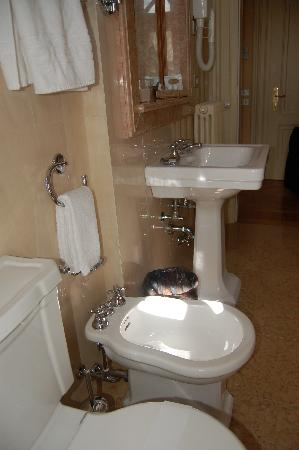 Villa Fenaroli Palace Hotel: very large clean marble lined bathroom - shower in tub & separate shower stall