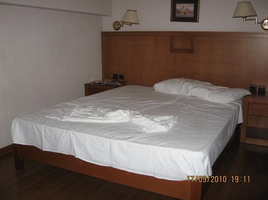 Constantin Apartment Hotel : Dobbeltseng på hemsen