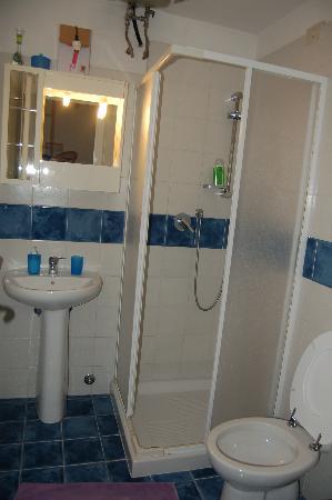 Rome Vatican B&B: clean bathroom - no mold nor mildew