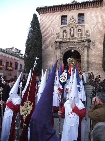 Granada Diez: die Prozession zieht aus der Kirche aus