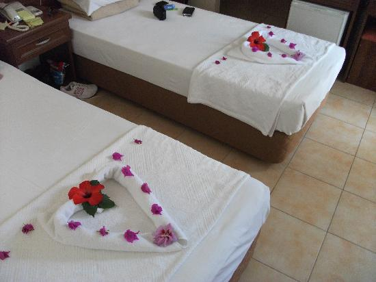 Karbel Hotel: Our decorated beds!