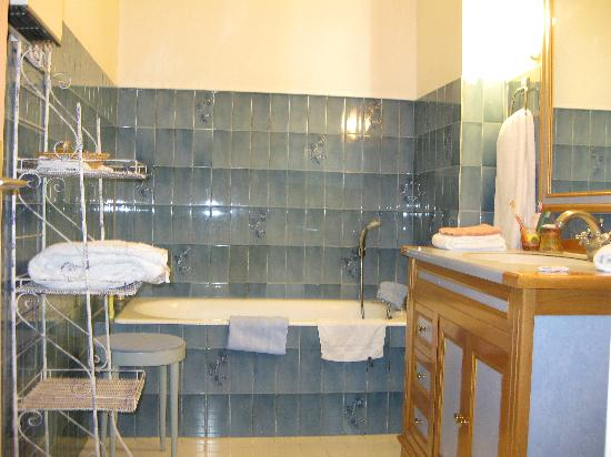 Hotel du Palais: Large well-equipped bathroom