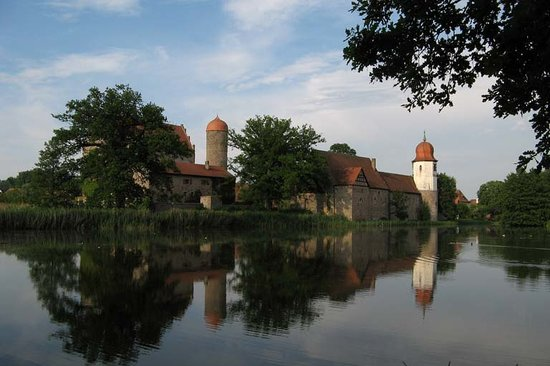 Burgoberbach, Alemania: Reflection of castle in outer moat