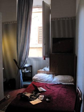 Hotel Boccaccio: Double bed & window
