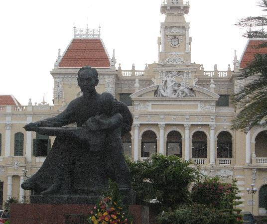 Ho Chi Minhstad, Vietnam: Statue of Ho Chi Minh at People's Committee Building