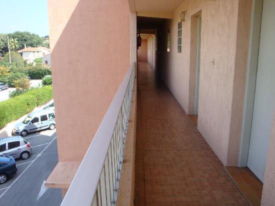 Eden Azur: couloir avec  vue sur la cuisine
