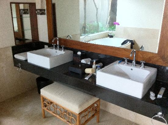 The Akasha Villas: Master bathroom (others also nearly up to this standard)