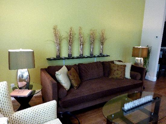 Elan Guest Suites and Art Gallery: Living room area, very comfortable couch!