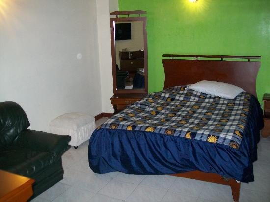 Charlies Place Hotel: The whole left side of the room at Balcones Del Miranda