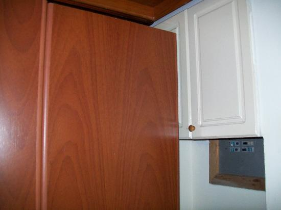 Miranda Apartasuites: Cabinets that you can't open because the dresser is in the way. Balcones Del Miranda