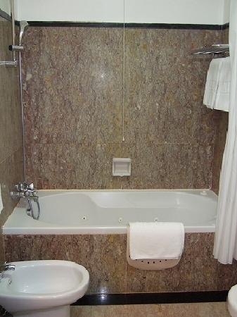 Hotel Avenida Palace: Bathroom1
