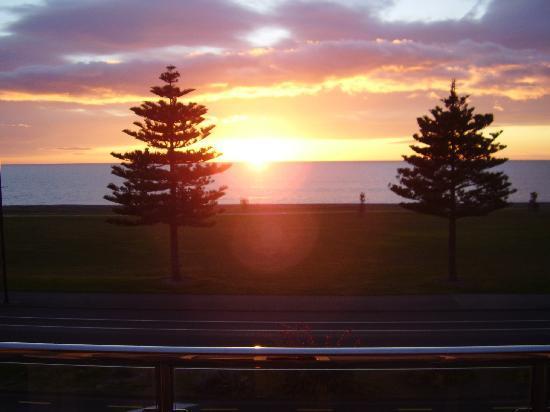 Pebble Beach Motor Inn: Sunrise from our suite