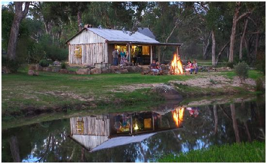 Diamondvale B&B Cottages: Diamondvale's Slab Hut with fire pit. Perfect for toasting marshmallows
