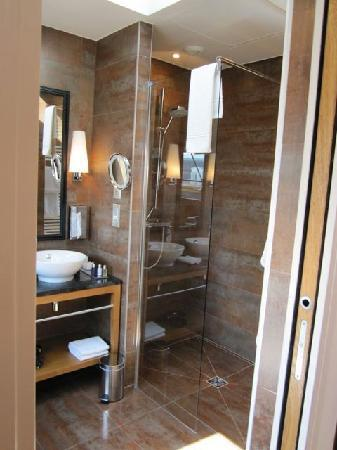 walk in shower picture of hotel le six paris tripadvisor. Black Bedroom Furniture Sets. Home Design Ideas