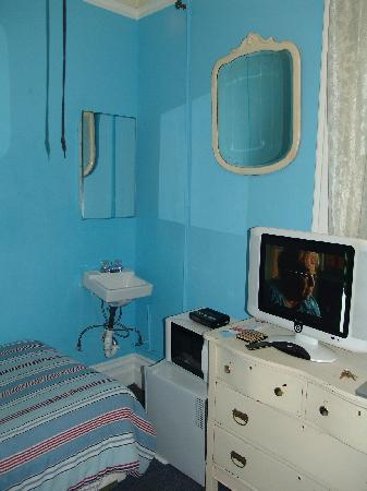Sweden House Hotel: A small room