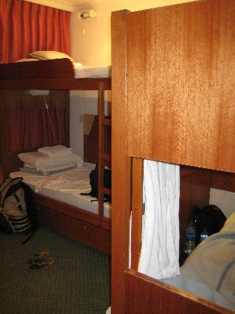 YMCA One Orchard: Student room with two bunker beds - it's clean