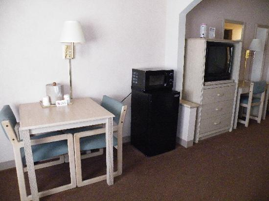 Super 8 Jasper TX: Micro/Fridge/ Table Area