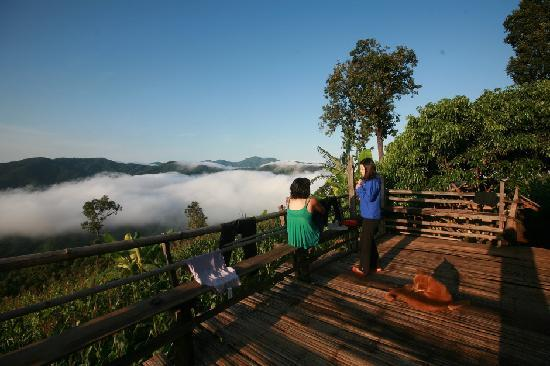 Chiang Mai, Thailand: Tourists seeing cloud over mountain