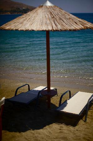 Crithonis Paradise Hotel: Down the road at the beach