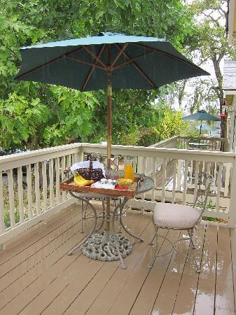 Aurora Park Cottages: Private Porch where Breakfast is Delivered