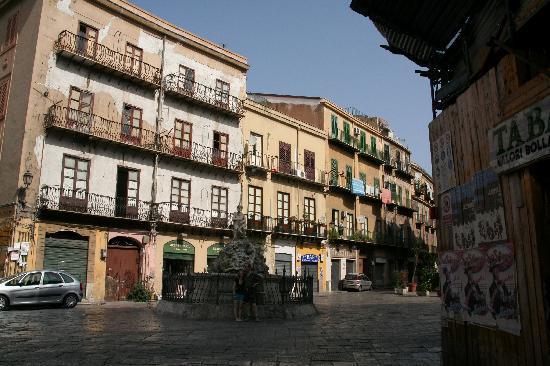 La Dimora del Genio : au bout de la rue de l'Hôtel, la fontaine del Genio