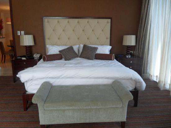 Oakwood Premier Joy - Nostalg Center Manila: King size bed