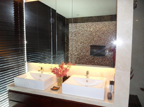 Oakwood Premier Joy - Nostalg Center Manila: Wash basin