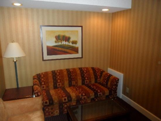 Executive Airport Plaza Hotel & Conference Centre Richmond: Sitting room (Room 242, Plaza wing)