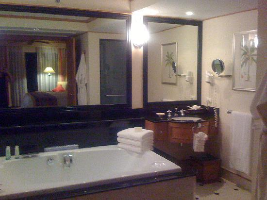 Marriott's Phuket Beach Club: bathroom.