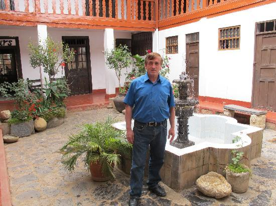 Hostal  Amazonas: Eduardo in the courtyard of Hostal Amazonas