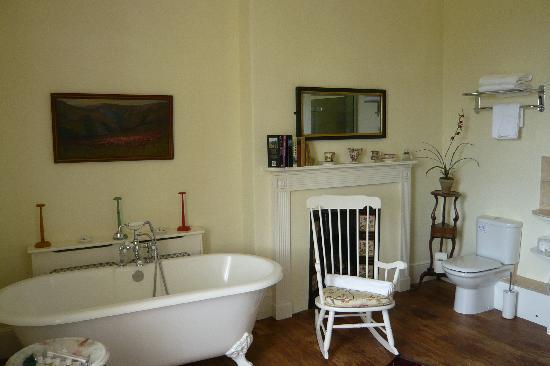 Pentillie Castle: Our huge luxurious bathroom (Coryton)