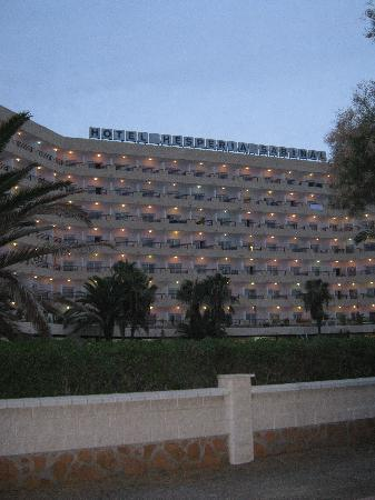 Best Sabinal: The hotel as it was going dark from the promenade which runs for 3.5 km through the resort