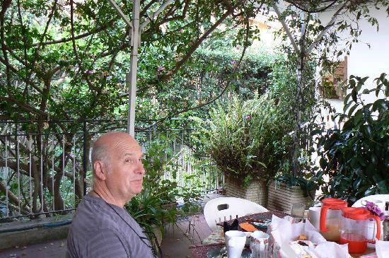 B&B La Bouganville : Le petit déjeuner sur la terrasse