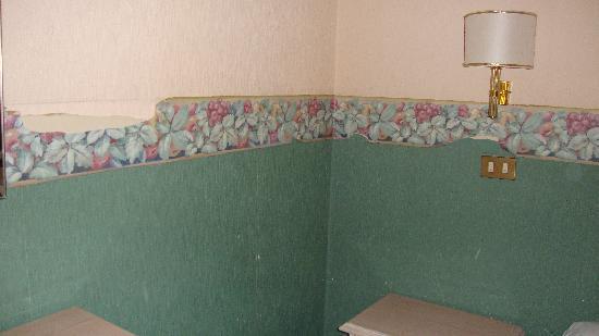 Ara Pacis Hotel : peeling wallpaper