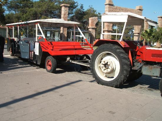 Susesi Luxury Resort: tractor that serves the hotels