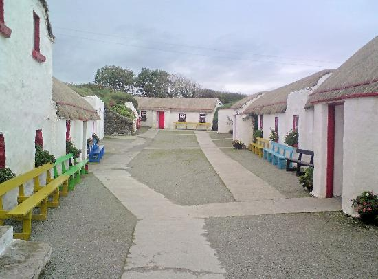 Condado de Donegal, Irlanda: FAMINE VILLAGE TOWARDS WAKE HOUSE