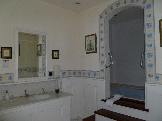 The Central Hotel: Huge bathroom!