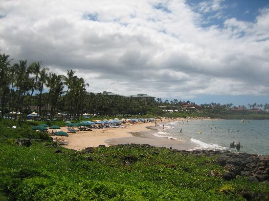 ‪فور سيزونز ريزورت ماوي آت وايليا: View of Wailea Beach from the beach walk‬