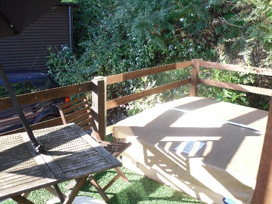 Raddle Inn Log Cabins: Hot tub and outside seating area