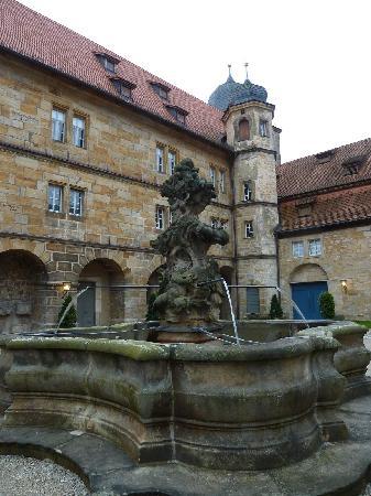 Schloss Thurnau: Innenhof mit Brunnen