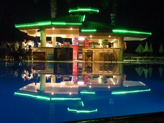 Club Tuana Fethiye: Pool Bar at night