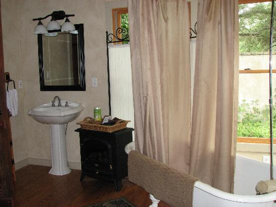 The Bed and Breakfast on Knopp School Road: Romantic bathroom
