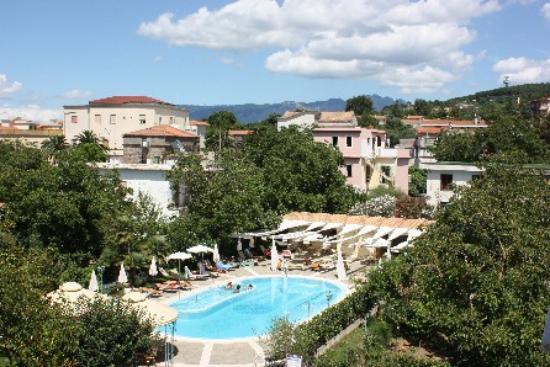 Sant'Agata sui Due Golfi, Italien: Piscina vista dal balcone della camera