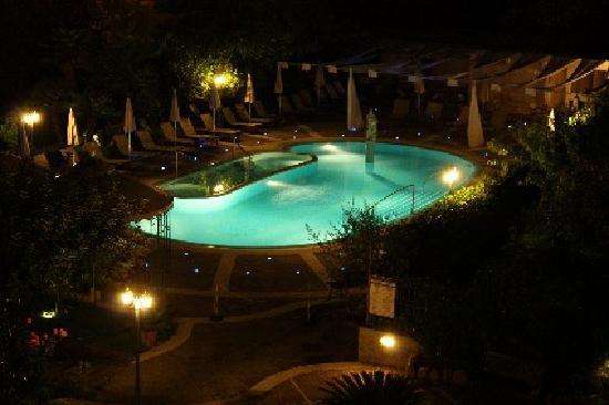 Sant'Agata sui Due Golfi, Italien: Notturno piscina vista dalla camera