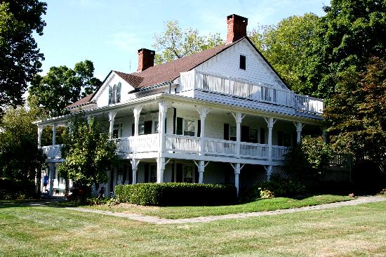 Apple Valley Inn Bed & Breakfast: Beautiful grounds...