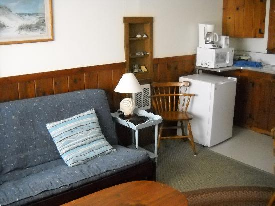 Oakland Seashore Motel & Cabins: Couch and sitting area