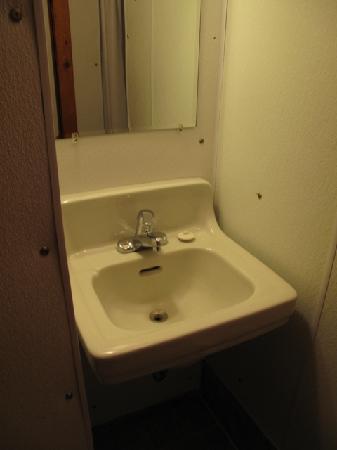 Sportsman's Lodge : the sink in the little bathroom