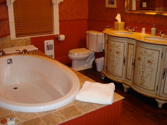The Old Brick Tavern: Lester Bathroom w/Soaking Tub (Large Shower Not Shown in Photo)