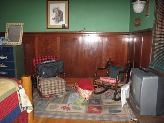 Hickory House Inn: the montana room sitting area