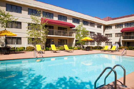 DoubleTree Suites by Hilton Hotel Cincinnati - Blue Ash: Outdoor Pool & Spa @ The Doubletree Guest Suites Cincinnati - Blue Ash